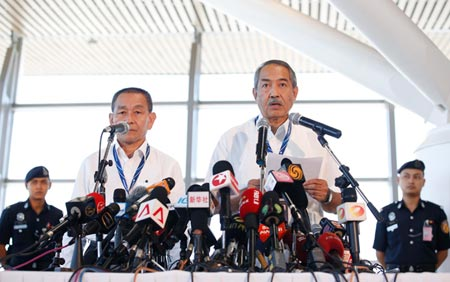 Malaysia Airlines CEO Ahmad Jauhari Yahya, right, announces at a press conference on March 25 that flight MH370 crashed in the southern Indian Ocean. (Photo/CNS)
