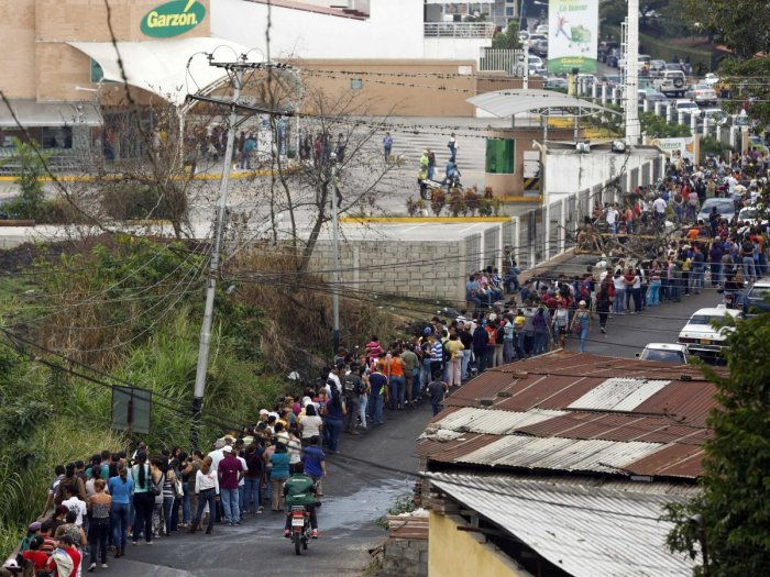 REUTERS/Carlos Garcia Rawlins People line up to buy food at a supermarket in San Cristobal, about 410 miles (660 km) southwest of Caracas, February 27, 2014. U.N. Secretary-General Ban Ki-moon and Pope Francis called on Wednesday for an end to violence in Venezuela that has killed at least 13 people and urged politicians to take the lead in calming the nation's worst unrest in a decade.