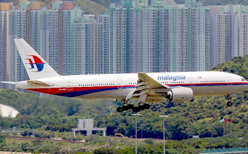 A Malaysia Airlines flight comes in to land at Hong Kong airport in 2012. Photo: Wikipedia