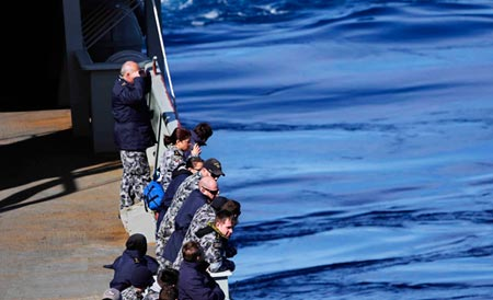 Crew on board the Royal Australian Navy's HMAS Success continue to look for debris from flight MH370 in the south Indian Ocean on March 26, 2014. (Photo/Xinhua)