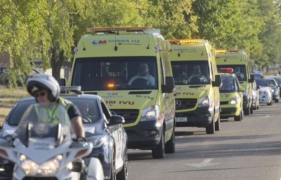 The convoy transporting the two patients leaves the Madrid airbase. / JULIÁN ROJAS