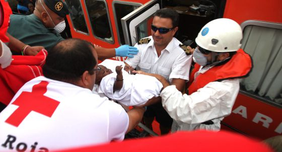 Red Cross volunteers move a baby who reached Tarifa by boat on Monday. / EFE